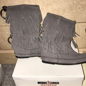MAKE AN OFFER! Great condition Minnetonka boots
